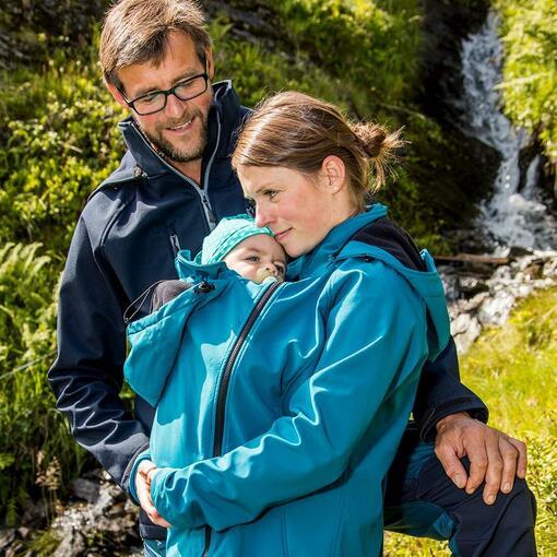 Tragebekleidung | Vater, Mutter und Kind in Babytragetuch