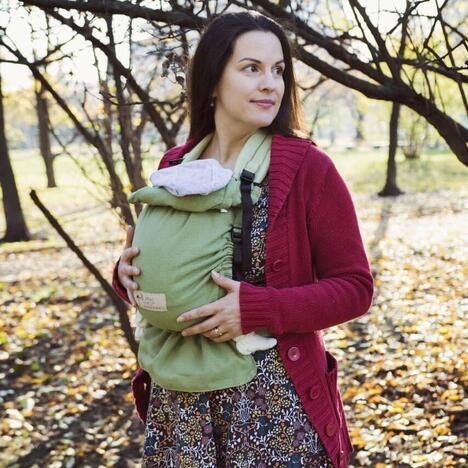 Mutter mit Storchenwiege BabyCarrier grün