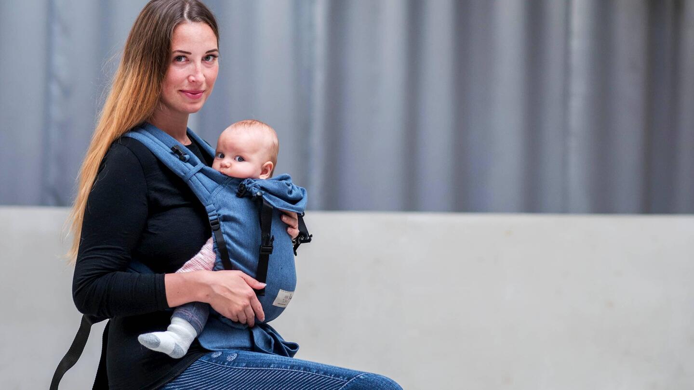 Mutter mit Kind in BabyCarrier