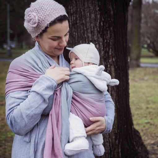 Mutter mit Bab in RingSling